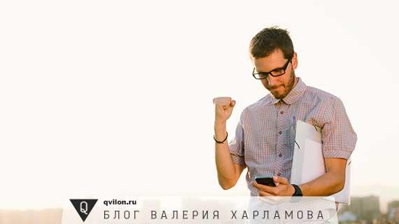 мужчина в очках и с телефоном