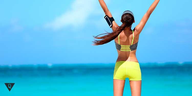 девушка в желтом купальнике на пляже