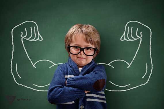 ребенок на фоне доски где нарисованы вкачанные руки