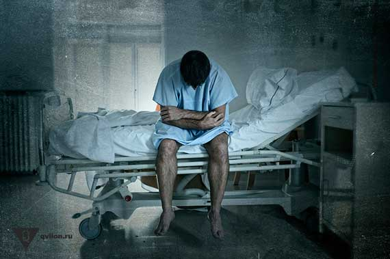 мужчина сидит на больничной койке