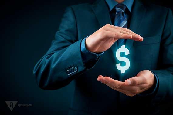 человек держит в руках эмблему доллара