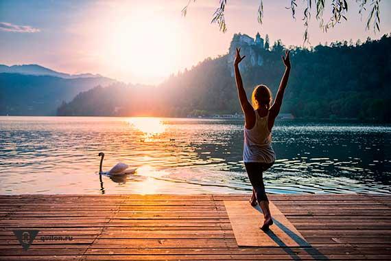 девушка стоит на берегу озера