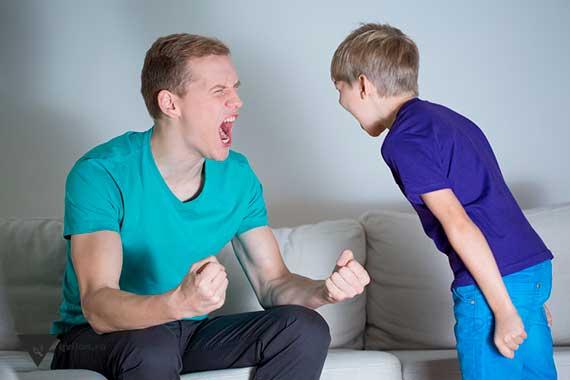 папа кричит вместе с сыном