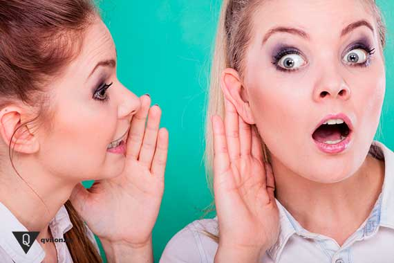 девушка говорит на ухо другой девушке