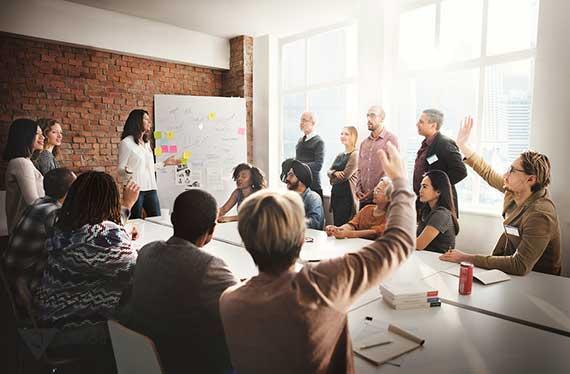 активная дискуссия людей за столом