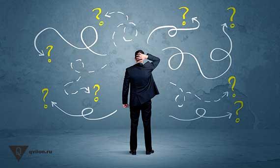 вопросы на стене перед человеком в костюме