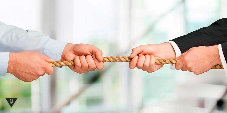 двое рук перетягивают канат