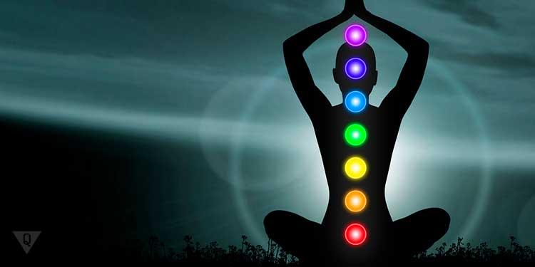 ночное изображение человека с разноцветными кругами