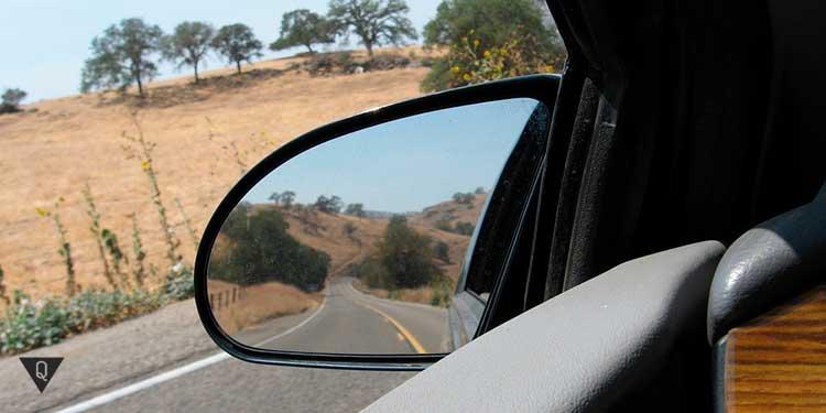 вид из зеркала заднего вида автомобиля