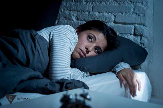 девушка лежит ночью в кровати с открытыми глазами