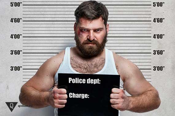 преступник фотографируется в полицейском участке