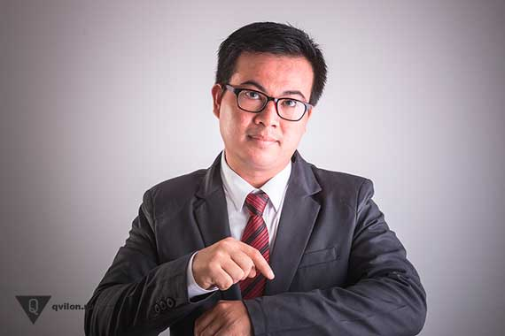 мужчина в костюме указывает на часы