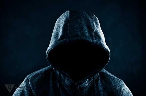 человек в капюшоне на черном фоне