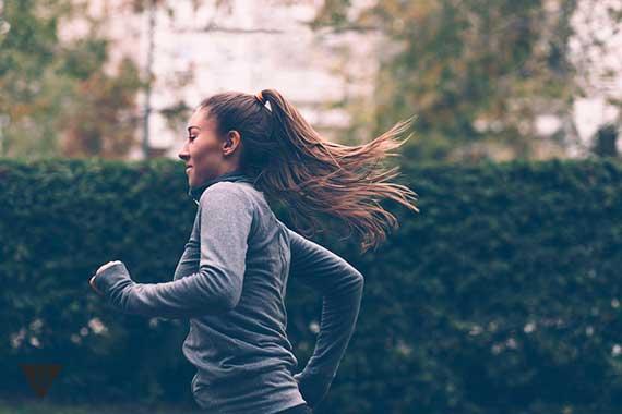 девушка бегает на зарядке