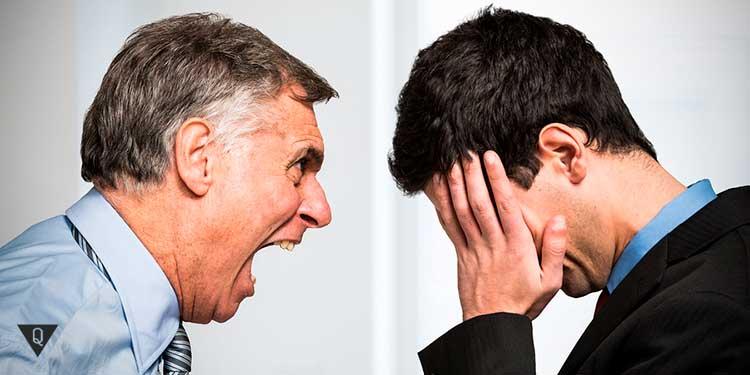 злой начальник кричит на подчиненного