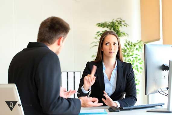 женщина начальник отрицательно смотрит на подчиненного