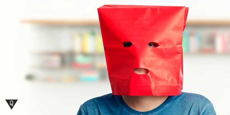 красный пакет на голове мужчины
