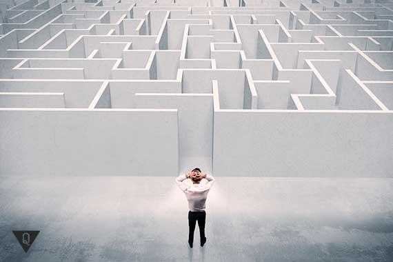 человек стоит перед лабиринтом