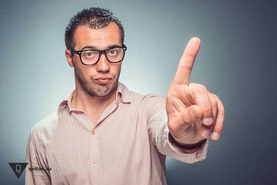 мужчина отричательно показывает пальцем