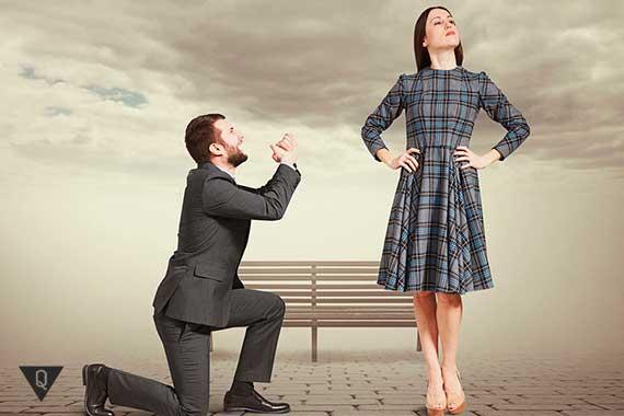 мужчина стоит на коленях перед женщиной
