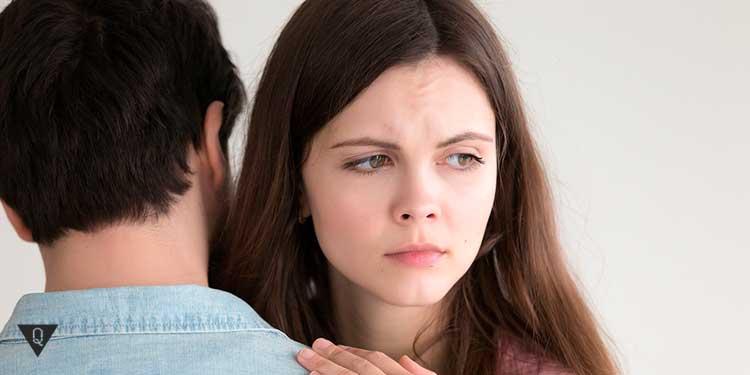 недовольная девушка обнимается с парнем