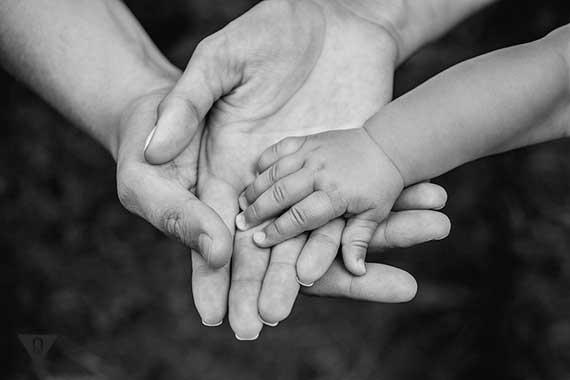 детская рука поверх родительских
