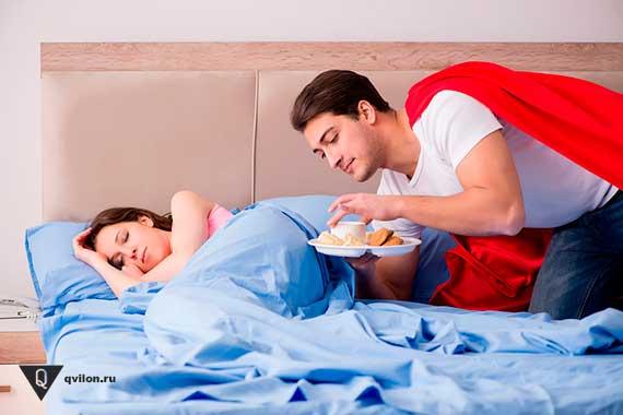 мужчина герой женщины приносит завтрак в постель