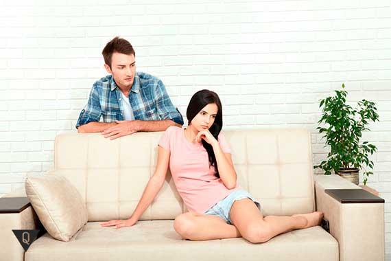 парень стоит за диваном на котором сидит девушка