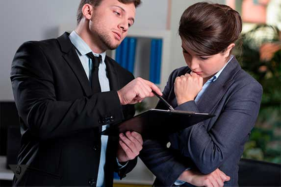 мужчина указыавет секретарше на ошибку