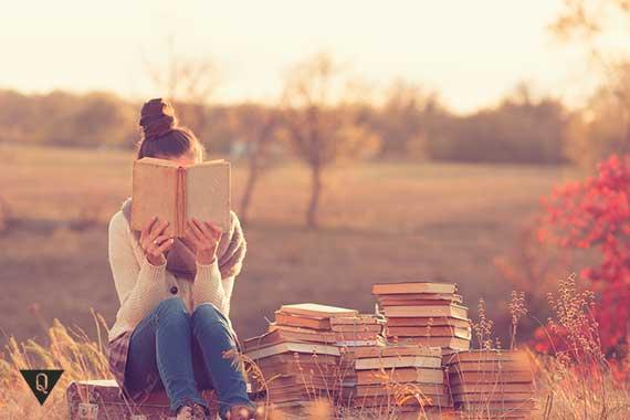 девушка читает книги на природе