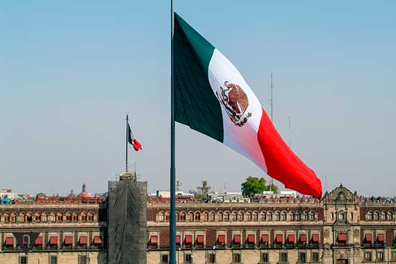 Флаг Мексики на фоне дворца