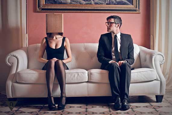 мужчина смотрит на женщину с коробкой на голове