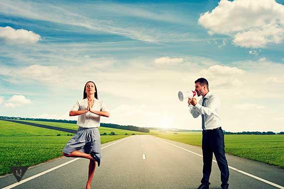 мужчина кричит на медитирующую девушку