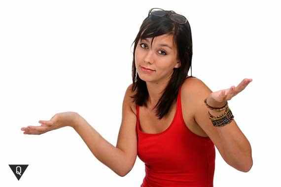 девушка жестом показывает что не может помочь