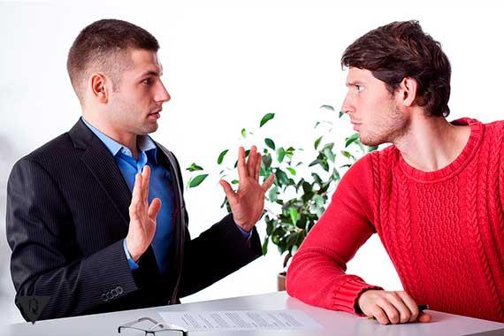 мужчина жестом показывает другому мужчине: не мои проблемы