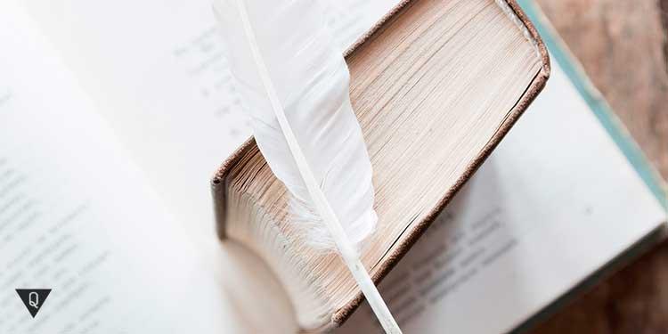 две книги и письменное перо