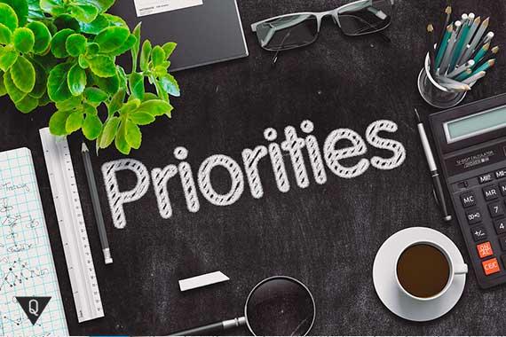 надпись на столе приоритеты