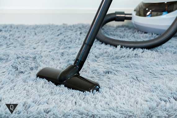пылесос стоит на ковре