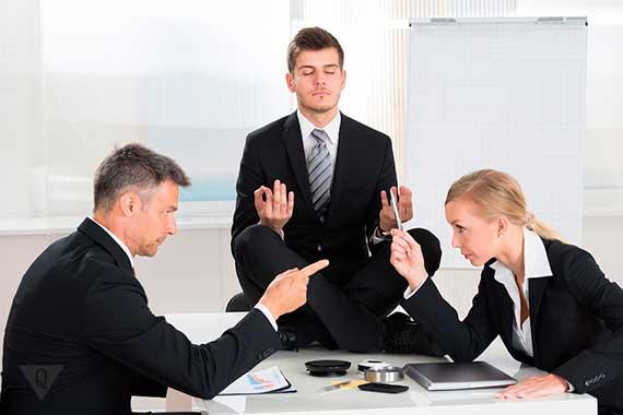 сотрудник офиса медитирует во время спора