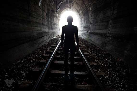человек идет на свет в конце туннеля