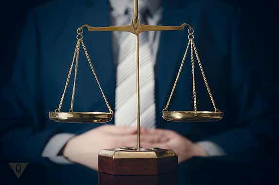 мужчина на заднем плане весов справедливости