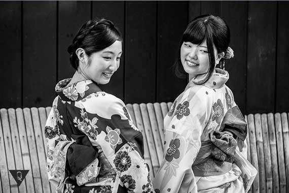 две японские девушки в национальной одежде