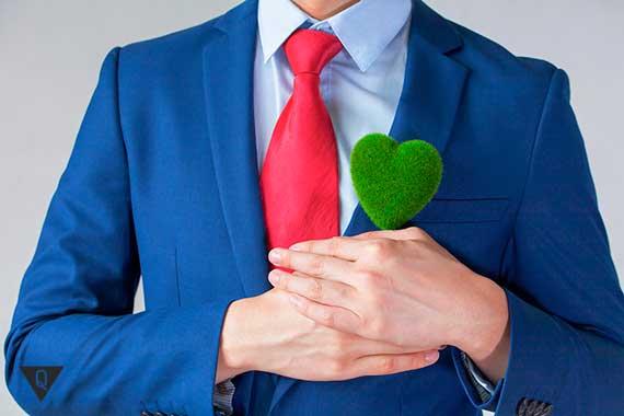 мужчина в костюме имеет зеленое сердце