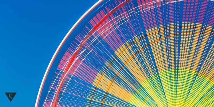 колесо быстро крутится и светится разными цветами