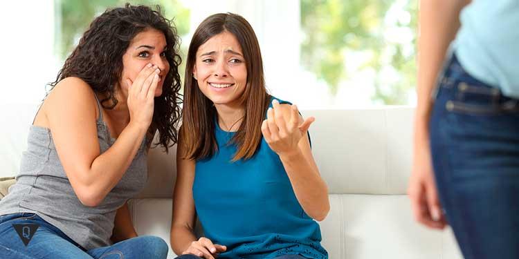 две девушки критикуют третью