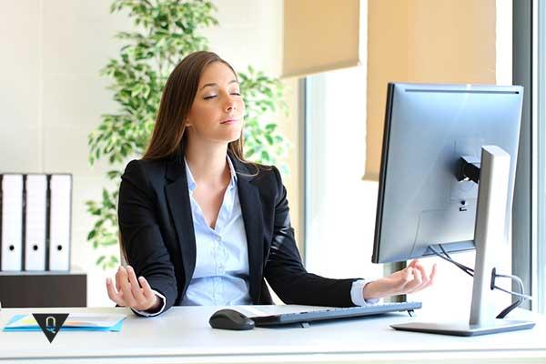 девушка медитирует на рабочем месте