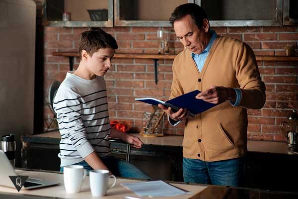 отец проверяет дневник сына