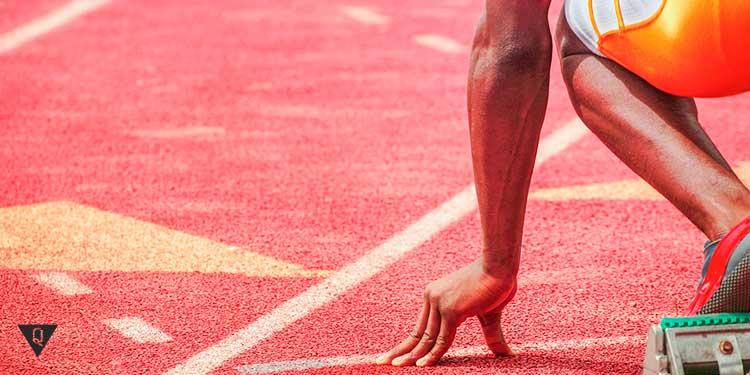 легкоатлет стартует с низкого старта