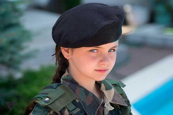 маленькая девочка в военной форме