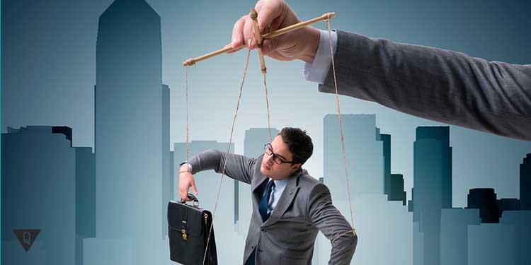 бизнесменом манипулирует рука сверху